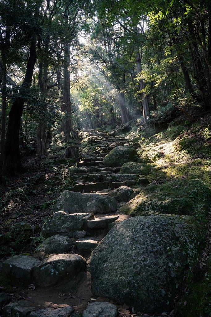 Sunbeams on the rough steps up to Gotobiki Iwa